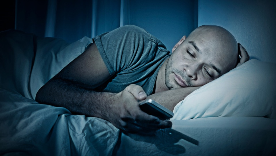 bedtime-cell-phone-1w6bl26